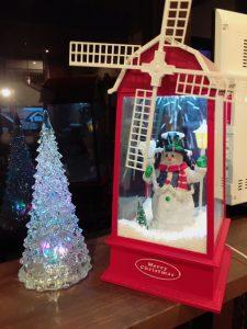 右のスノーマン?は、新しくデザインスタジオに飾られたクリスマスの飾りです☺  (ツリーは少し前から毎年飾られていますが・・・)  風車が回るようになっています(^^)