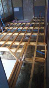 床根太を組み、構造用合板を貼り。