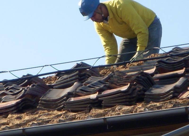 瓦を全て剥がし重い土も全て撤去します