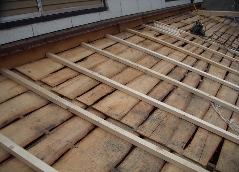 既設野地板の上に下地桟と合板を張ります。